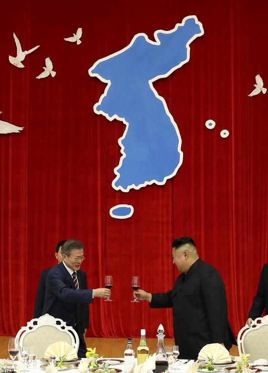 Lãnh đạo Hàn - Triều nâng ly trong bữa tiệc thịnh soạn - Ảnh 5.