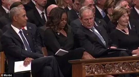 Ông Bush chia kẹo cho bà Obama trong lễ tang TNS McCain - Ảnh 2.