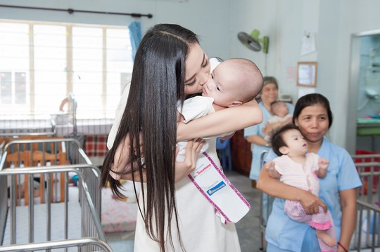 Chuyến từ thiện đầu tiên của tân hoa hậu Trần Tiểu Vy - Ảnh 5.