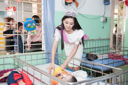 Chuyến từ thiện đầu tiên của tân hoa hậu Trần Tiểu Vy - Ảnh 4.