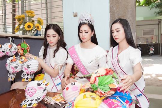Chuyến từ thiện đầu tiên của tân hoa hậu Trần Tiểu Vy - Ảnh 3.