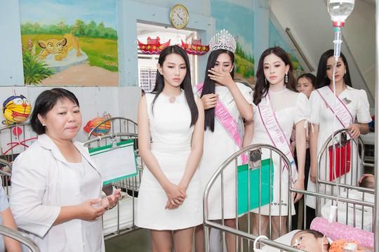 Chuyến từ thiện đầu tiên của tân hoa hậu Trần Tiểu Vy - Ảnh 1.