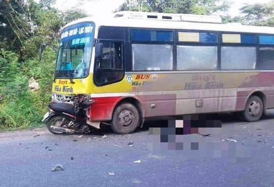 Tông trực diện vào đầu xe buýt, nam thanh niên tử vong tại chỗ - Ảnh 1.