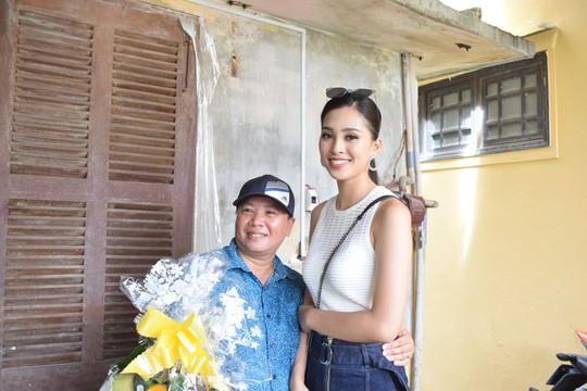 Hàng trăm người dân Hội An chào đón hoa hậu Trần Tiểu Vy - Ảnh 7.