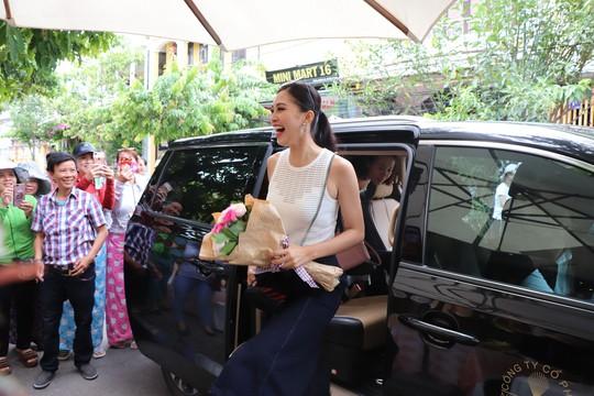 Hàng trăm người dân Hội An chào đón hoa hậu Trần Tiểu Vy - Ảnh 4.