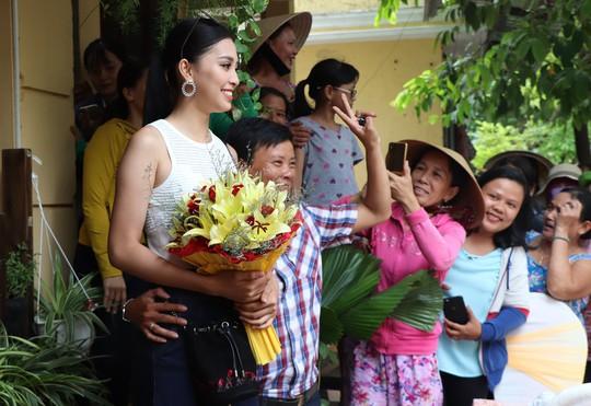 Hàng trăm người dân Hội An chào đón hoa hậu Trần Tiểu Vy - Ảnh 6.