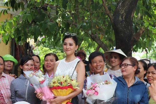 Hàng trăm người dân Hội An chào đón hoa hậu Trần Tiểu Vy - Ảnh 10.