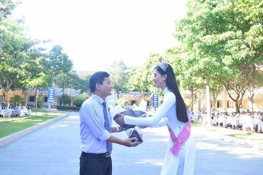 Hoa hậu Trần Tiểu Vy dự buổi chào cờ ở trường cũ - Ảnh 1.