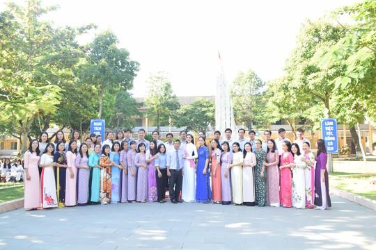 Hoa hậu Trần Tiểu Vy dự buổi chào cờ ở trường cũ - Ảnh 6.