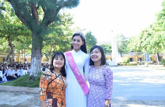 Hoa hậu Trần Tiểu Vy dự buổi chào cờ ở trường cũ - Ảnh 5.