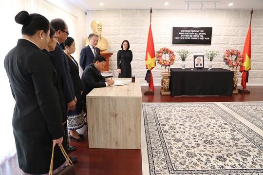 Lãnh đạo nước ngoài đến Đại sứ quán viếng Chủ tịch nước Trần Đại Quang - Ảnh 21.