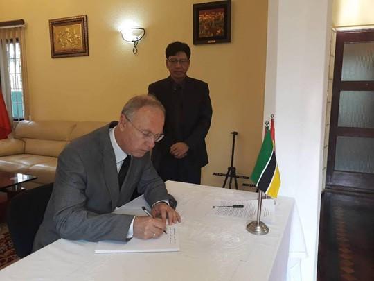 Lãnh đạo nước ngoài đến Đại sứ quán viếng Chủ tịch nước Trần Đại Quang - Ảnh 18.