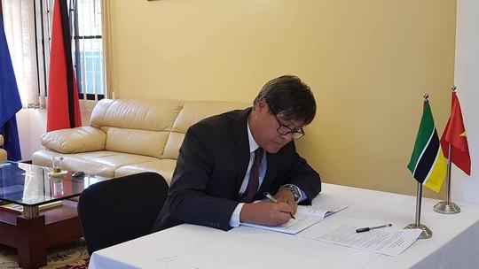 Lãnh đạo nước ngoài đến Đại sứ quán viếng Chủ tịch nước Trần Đại Quang - Ảnh 17.