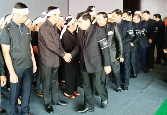Người dân rơi nước mắt viếng Chủ tịch nước tại quê hương - Ảnh 14.