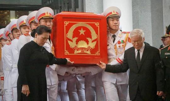 Hàng ngàn người tiễn đưa Chủ tịch nước Trần Đại Quang về nơi an nghỉ cuối cùng - Ảnh 3.