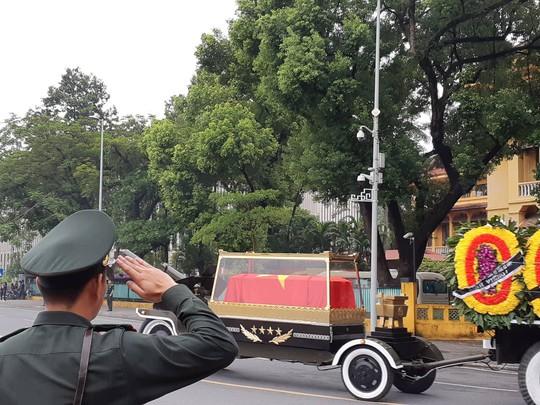 Hàng ngàn người tiễn đưa Chủ tịch nước Trần Đại Quang về nơi an nghỉ cuối cùng - Ảnh 4.