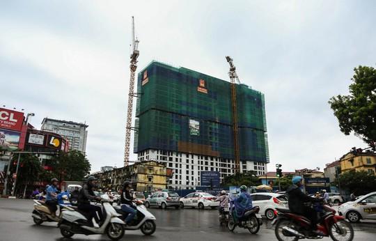 Rùng mình đi qua những công trình xây dựng khắp Hà Nội - Ảnh 2.