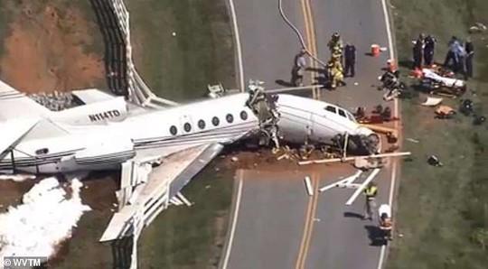Trượt đường băng, máy bay gãy đôi, cả 2 phi công thiệt mạng - Ảnh 1.