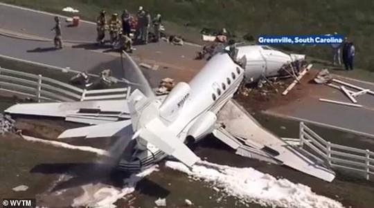 Trượt đường băng, máy bay gãy đôi, cả 2 phi công thiệt mạng - Ảnh 2.