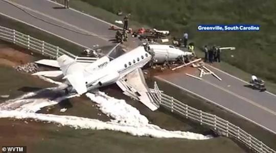 Trượt đường băng, máy bay gãy đôi, cả 2 phi công thiệt mạng - Ảnh 3.
