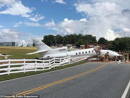 Trượt đường băng, máy bay gãy đôi, cả 2 phi công thiệt mạng - Ảnh 4.