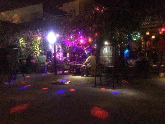 Phát hiện 18 người nước ngoài dương tính với chất ma túy trong quán bar - Ảnh 1.
