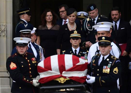 Thượng nghị sĩ McCain được an táng cạnh người bạn thân - Ảnh 5.