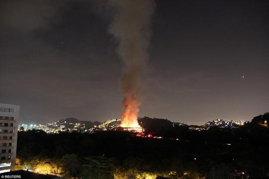 Cháy dữ dội bảo tàng trên 200 năm tuổi, chứa 20 triệu hiện vật - Ảnh 2.