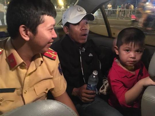 CSGT dùng xe đặc chủng chở bé đi lạc tìm người thân - Ảnh 2.