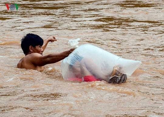 Học sinh chui túi nilon băng suối đến trường ngày khai giảng - Ảnh 1.