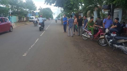 Giám đốc Công an tỉnh Đắk Lắk lao vào giải cứu con tin - Ảnh 4.