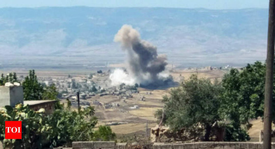 """Máy bay Nga và Syria """"ném bom Idlib tới tấp"""" - Ảnh 1."""