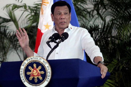 Uy tín trong nước của Tổng thống Duterte rớt thảm hại - Ảnh 1.