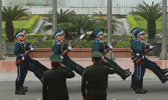 Cận cảnh Bộ trưởng Ngô Xuân Lịch đón Bộ trưởng Quốc phòng Nga Sergei Shoigu - Ảnh 6.