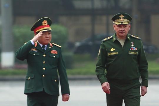 Cận cảnh Bộ trưởng Ngô Xuân Lịch đón Bộ trưởng Quốc phòng Nga Sergei Shoigu - Ảnh 4.