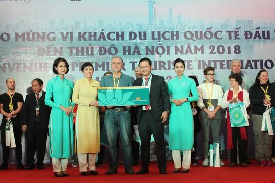 Vietnam Airlines đón du khách đầu tiên của năm 2018 - Ảnh 1.
