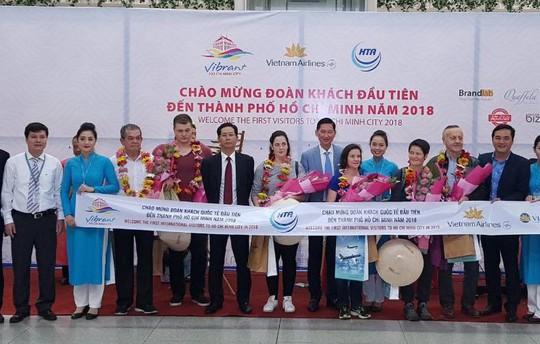 Vietnam Airlines đón du khách đầu tiên của năm 2018 - Ảnh 4.