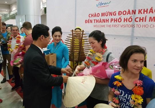 Vietnam Airlines đón du khách đầu tiên của năm 2018 - Ảnh 5.