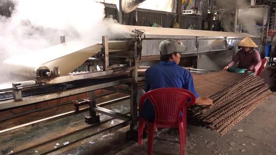Bí quyết của làng nghề bánh tráng trăm năm phục vụ Tết - Ảnh 5.