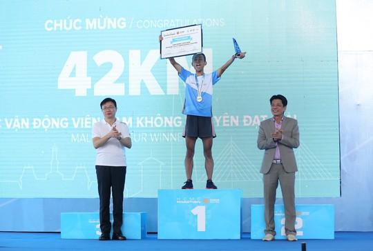 Choáng ngợp với 8.000 VĐV ở Giải Marathon TP HCM 2018 - ảnh 15