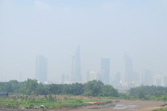 TP HCM: Xuất hiện mù khô ảnh hưởng tầm nhìn và sức khỏe - Ảnh 2.