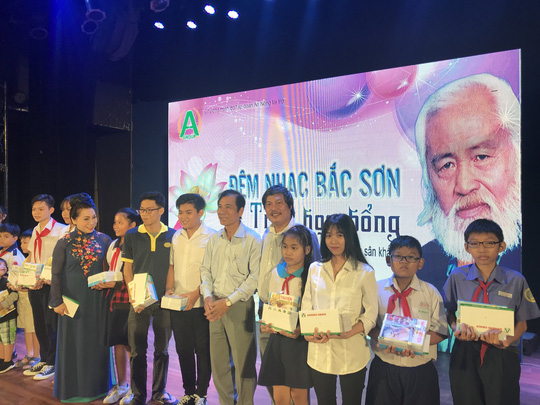 NSND Bạch Tuyết xúc động trao học bổng Nhạc sĩ Bắc Sơn - Ảnh 3.