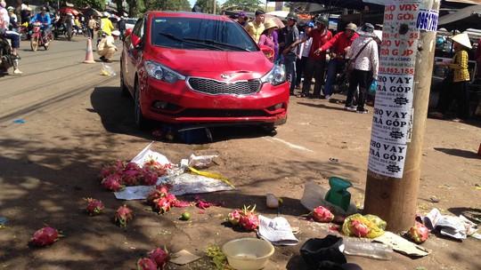 Một phụ nữ lao ô tô điên vào chợ, 3 người thương vong - Ảnh 2.
