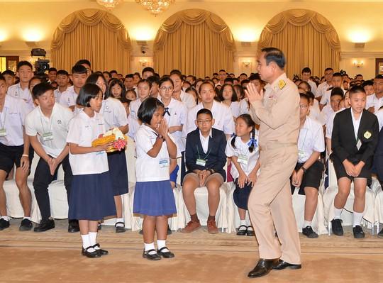 Thủ tướng Thái Lan nhường hình nhân bìa cứng tiếp báo giới - Ảnh 2.