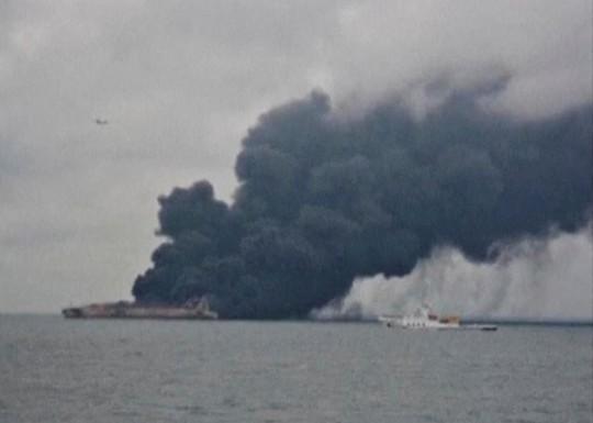 Tàu chở dầu Iran chìm sau 1 tuần cháy trên biển Hoa Đông - Ảnh 1.