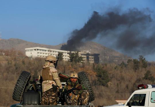 Tránh đám cưới, Taliban dời ngày tấn công khách sạn - Ảnh 1.