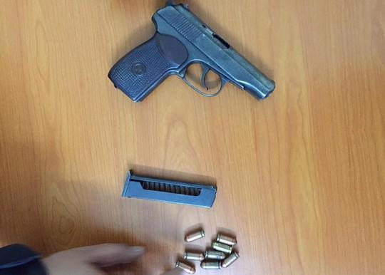 Giắt lưng súng K59 và 8 viên đạn lái ô tô đi chơi lúc nửa đêm - ảnh 1