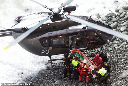 Xe buýt lao từ vách đá xuống bãi biển, 48 người thiệt mạng - Ảnh 4.