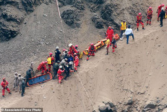 Xe buýt lao từ vách đá xuống bãi biển, 48 người thiệt mạng - Ảnh 3.