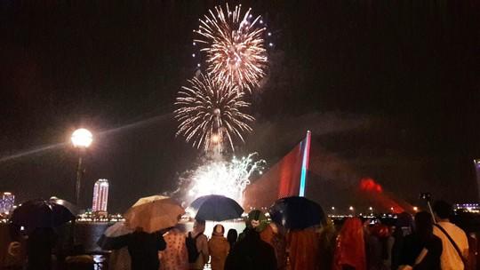 Người dân Đà Nẵng đội mưa xem pháo hoa đêm 1-1 - Ảnh 1.